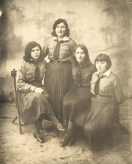 На фото  Браха Лерман Bracha Lerman (справа). Можливо виїхали з родиною у США