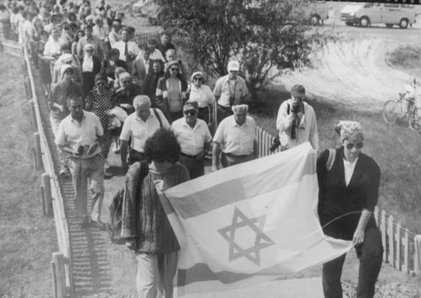 На відкритті памятного знаку на місці розстрілу євреїв у 1942 році. Камінь-Каширський, вул. Гагаріна. Червень 1993 р.