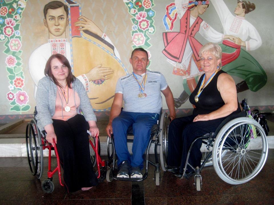 Руслана Фарина (крайня зліва) із друзями